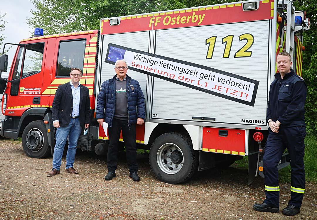 (v. l. n. r.) SSW-Landtagsabgeordneter Christian Dirschauer, Willi Bossen (IdS-Medelby), Sören Timm (FFW Osterby)